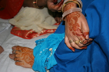 Mahendi_on_womans_hand_and_feet